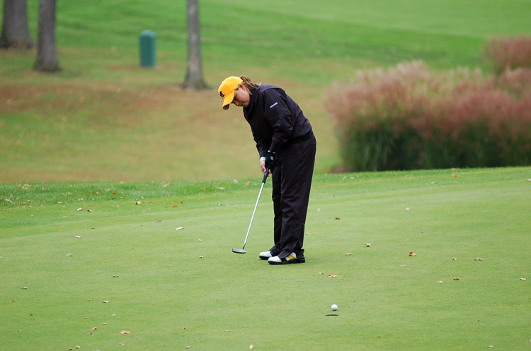 Senior Angela Gauck putts on number nine.